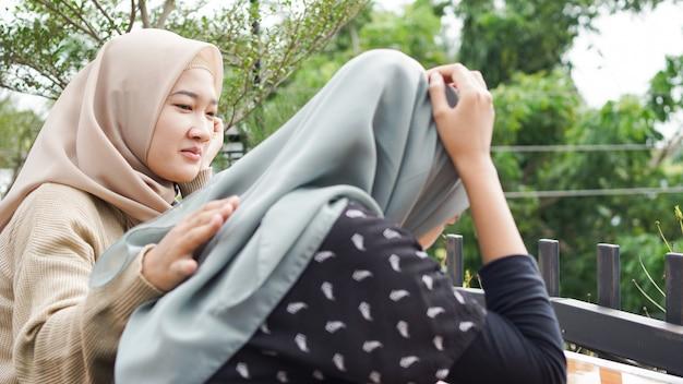 Smutna kobieta siedząca w pokoju. przyjaciele się nie poddają. smutna dziewczyna i wspieranie przyjaciół w rozwiązaniu problemu. azjaci