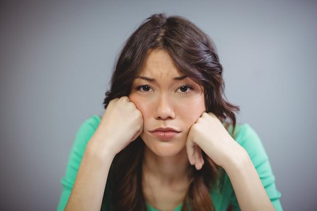 Smutna kobieta siedzi w biurze