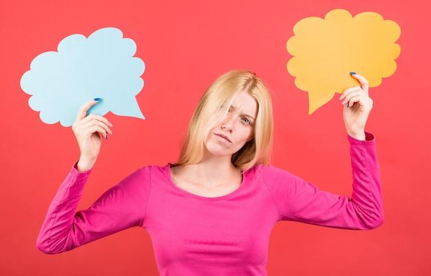 Smutna kobieta z dymek. dziewczyna ze znakami dialogowymi. podjęcie decyzji. trudny wybór.