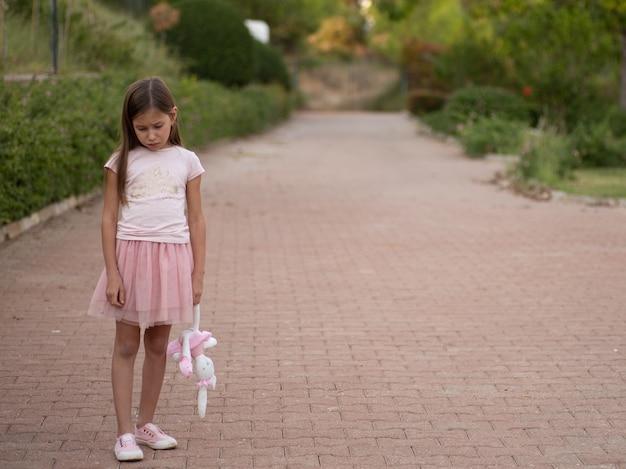 Smutna Młoda Dziewczyna Trzyma Zabawkę Premium Zdjęcia