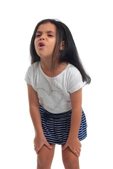 Smutna młoda dziewczyna z bólem płacze na białym tle
