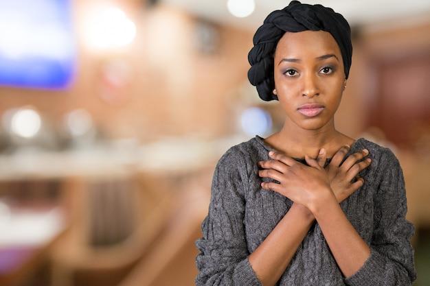Smutna nieszczęśliwa amerykanin afrykańskiego pochodzenia młoda kobieta
