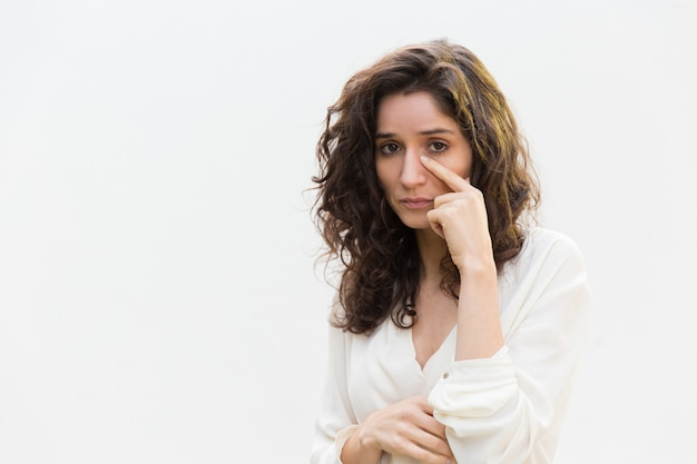 Smutna nieszczęśliwa kobieta usuwa łzy z twarzy