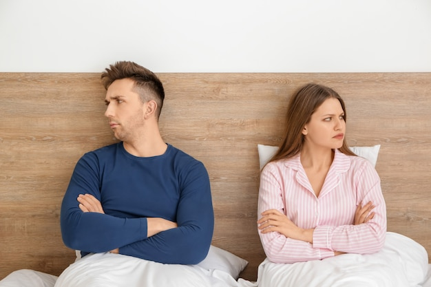 Smutna para po kłótni w sypialni