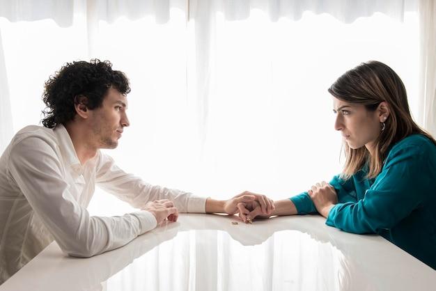 Smutna para trzymając się za ręce