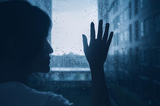 Smutna, samotna dziewczyna, kobieta, nastolatka, wyglądająca, na, okna, pada, krople, ciemny, nastrój, słabe, światło