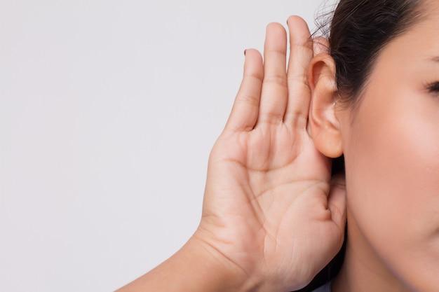 Smutna, sfrustrowana nieszczęśliwa kobieta słuchająca złych wiadomości lub mająca ubytek słuchu, słabo słysząca