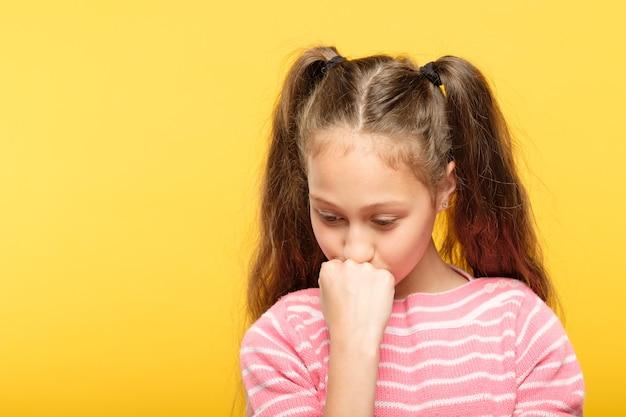 Smutna zamyślona dziewczyna patrząc w dół. emocjonalna, tęskna ekspresja.