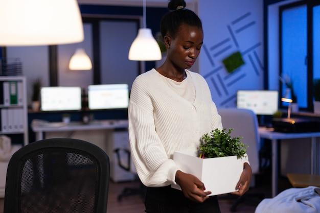 Smutna, zmęczona, zrezygnowana afroamerykańska bizneswoman odchodzi z pracy w biznesie