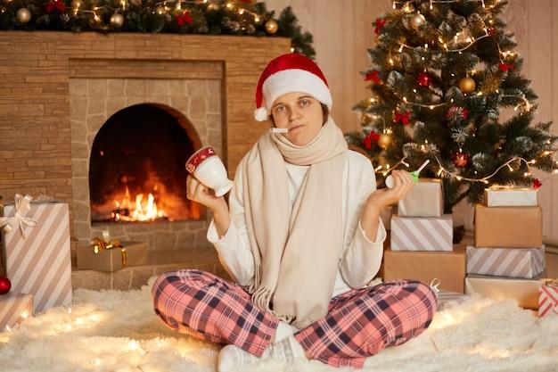 Smutne dni świąteczne dla chorej kobiety w domu, pani z termometrem w ustach