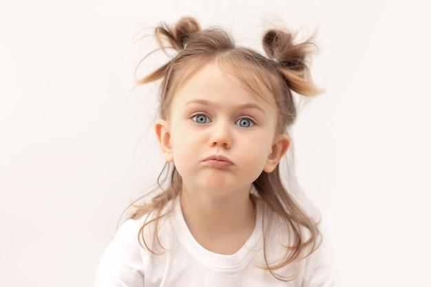 Smutne dziecko dąsa torebki usta wyglądają z bolesnym wyrazem na białym tle emocje i uczucia