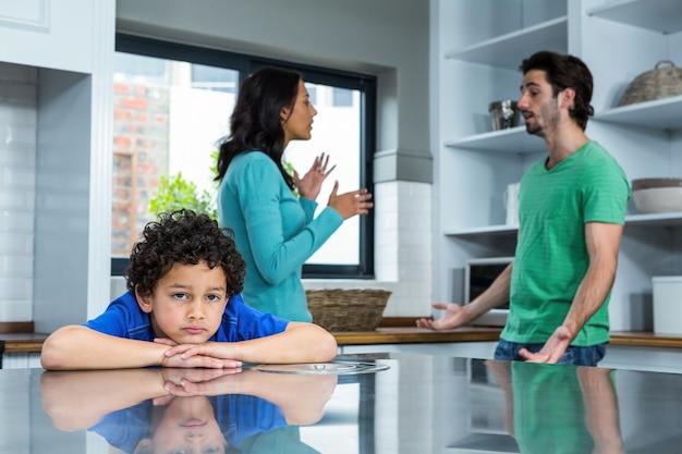 Smutne dziecko słucha argument rodziców