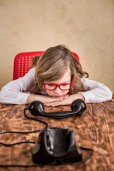 Smutny biznesmen dziecko z telefonu retro. komunikacja w koncepcji biznesowej