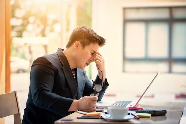 Smutny biznesmen stresujący się i zmartwiony obsiadanie w biurze. koncepcja stresu i zmartwienia. vintage ton