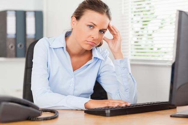 Smutny bizneswoman w biurze