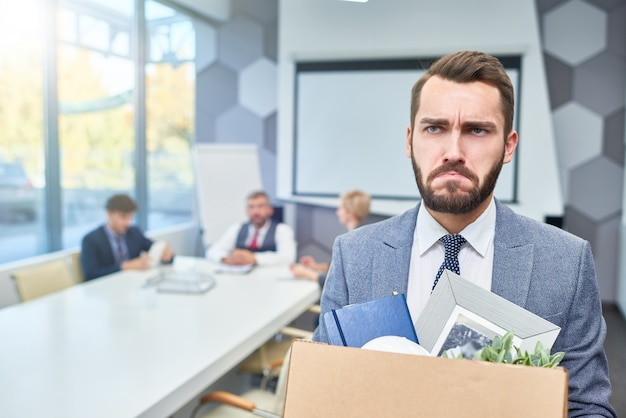 Smutny brodaty biznesmen stracił pracę
