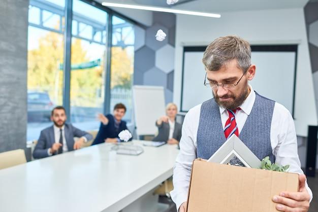 Smutny brodaty biznesmen zwolniony z pracy