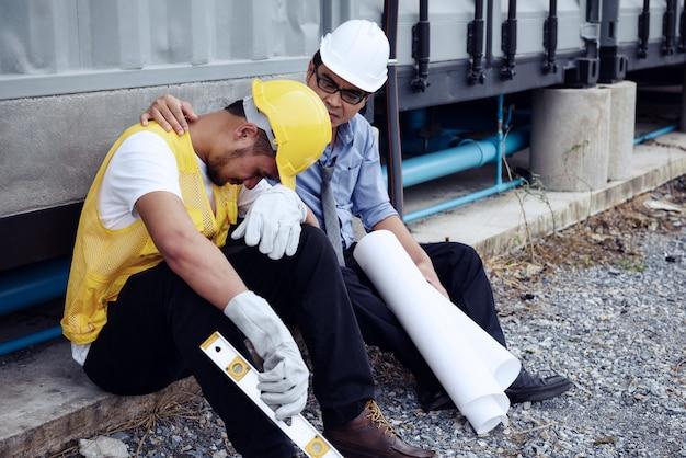 Smutny brygadier inżyniera pracownik przy miejscem