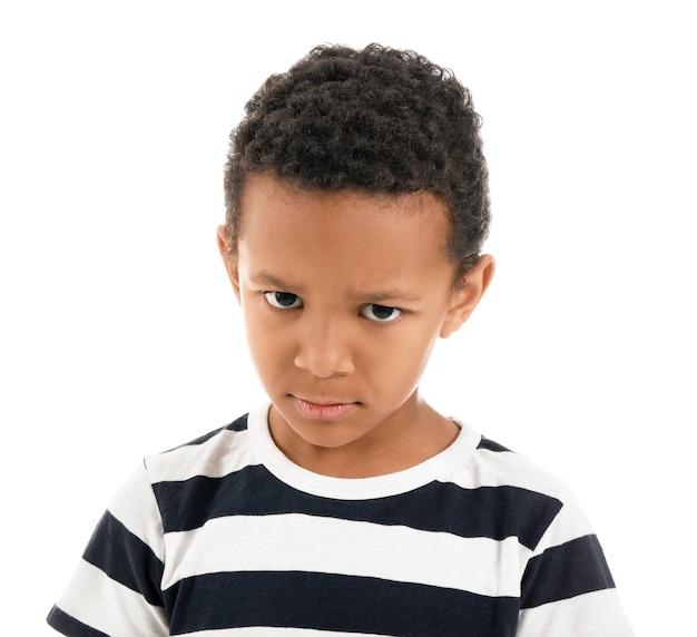 Smutny chłopiec afroamerykanin na białym tle