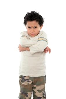 Smutny chłopiec wyrażający złość na białym tle