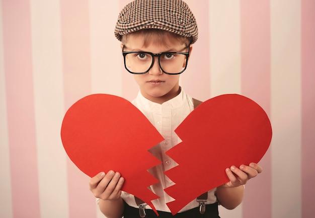 Smutny chłopiec ze złamanym sercem