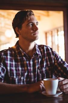 Smutny człowiek pije kawę