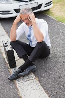 Smutny człowiek wzywający do pomocy po rozpadzie