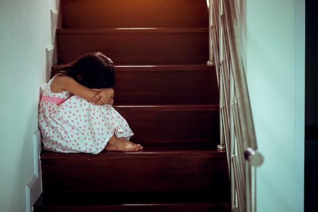 Smutny dziecko od ten ojca i matki dyskutować, rodzinny negatywny concept.vintage kolor