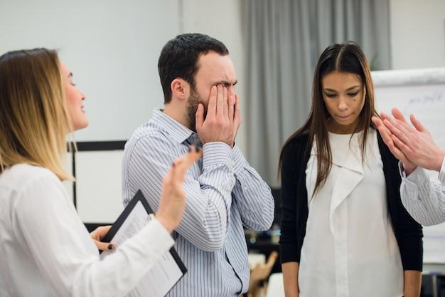 Smutny i przygnębiony biznesmen podczas spotkania