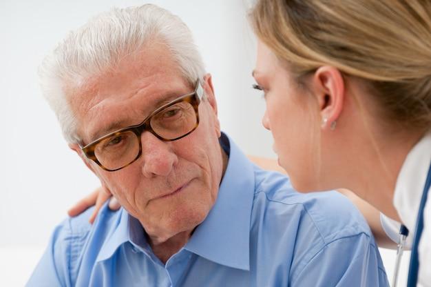 Smutny i samotny starszy mężczyzna z pielęgniarką