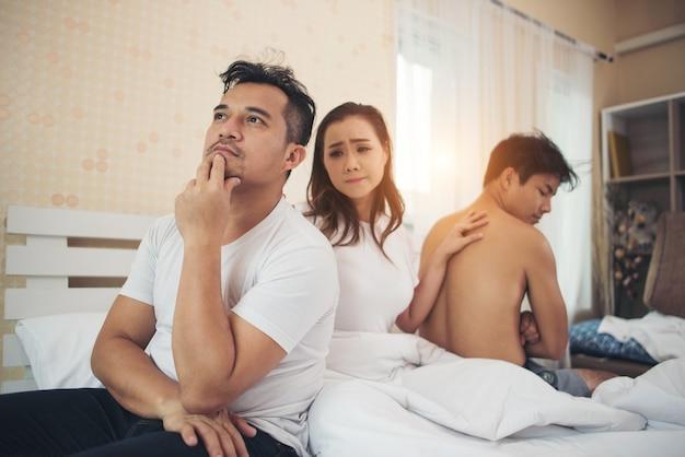 Smutny kobieta zmienia faceta ona ma wiele chłopaków rozmawiających w sypialni