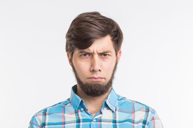 Smutny lub zły brodaty mężczyzna na białym tle