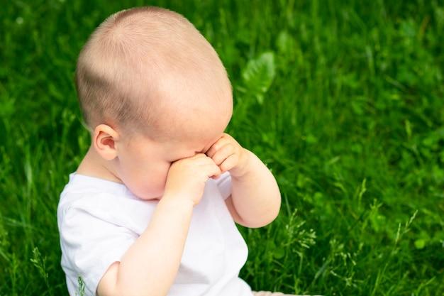 Smutny mały chłopiec płacze