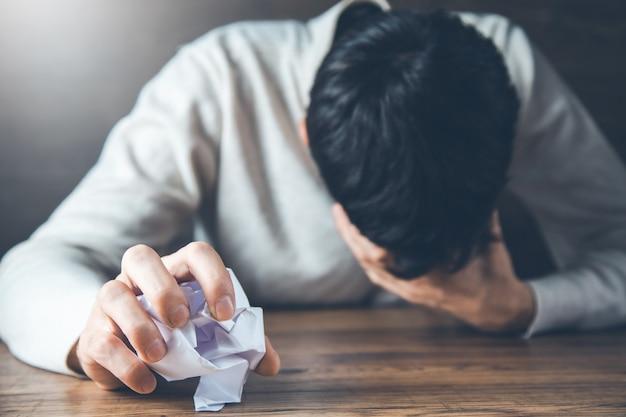 Smutny mężczyzna zmięty papier