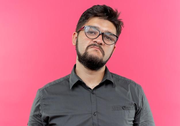 Smutny młody biznesmen w okularach
