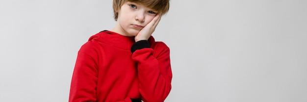 Smutny nastoletni chłopak w modne ciuchy