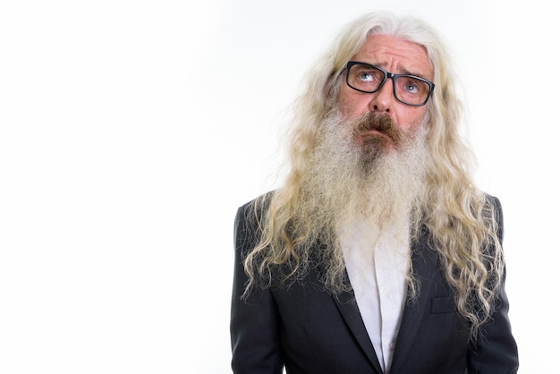 Smutny starszy biznesmen brodaty myśli podczas noszenia okularów