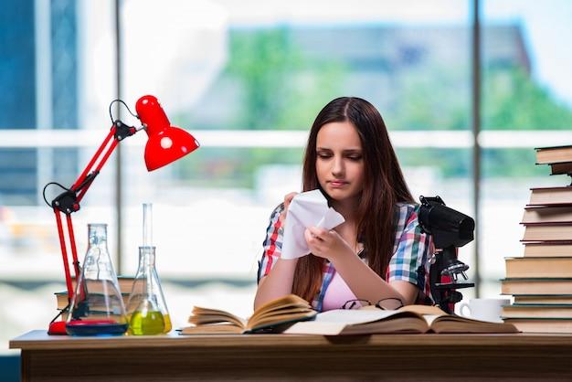 Smutny student przygotowujący się do egzaminów chemicznych