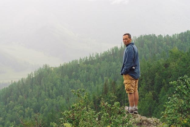 Smutny turysta na szczycie góry