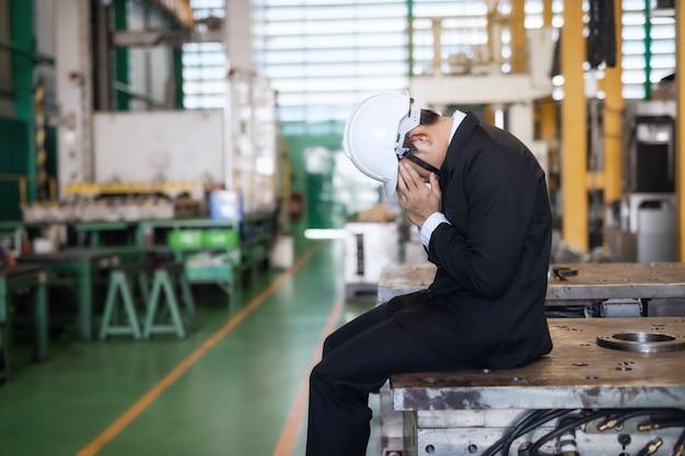 Smutny właściciel fabryki z powodu covid-19 lub koronawirusa