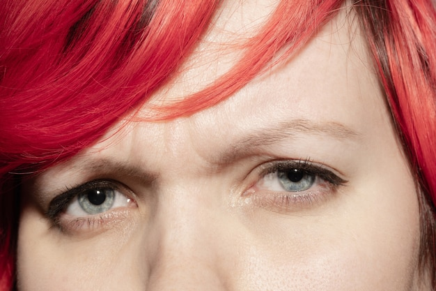 Smutny. zbliżenie twarzy pięknej młodej kobiety rasy kaukaskiej, skupić się na oczy.