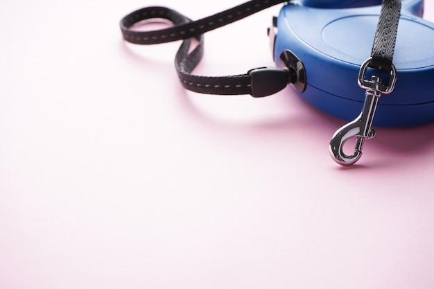 Smycz automatyczna dla psa w kolorze niebieskim