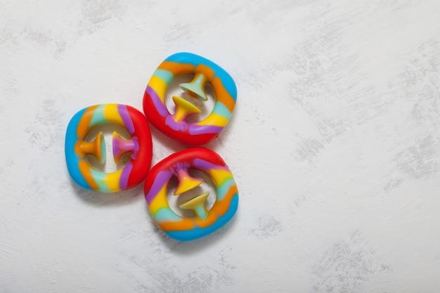 Snapperz - modne kolorowe zabawki na jasnym tle. widok z góry, kopia przestrzeń.