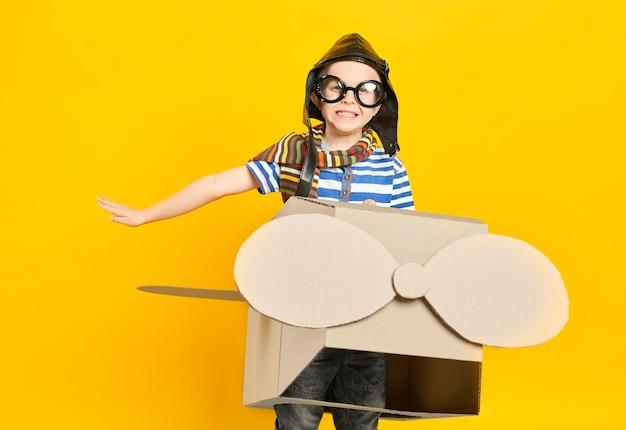 Śniący chłopiec w samolocie z zabawkami