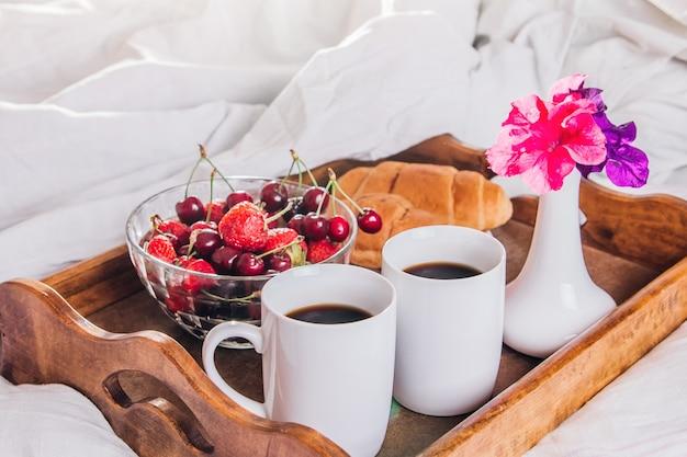 Śniadania do łóżka dla dwojga podawane na tacy na walentynki
