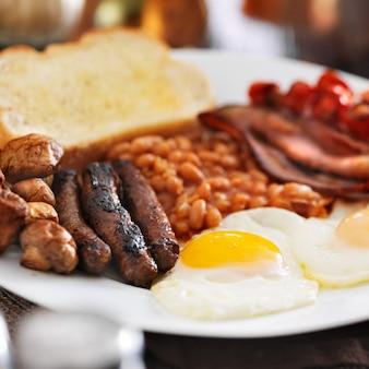 Śniadanie angielskie na białym talerzu
