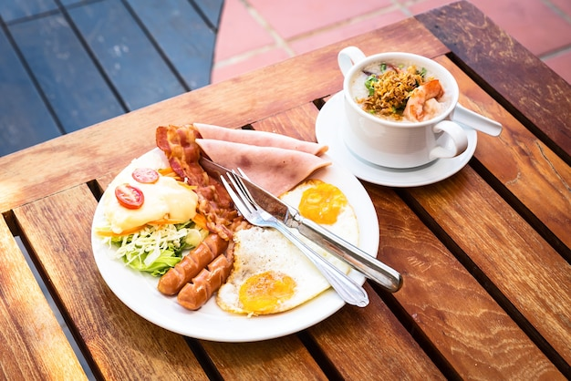 Śniadanie angielskie składa się z jajek sadzonych, bekonu, kiełbasy i zielonej sałaty