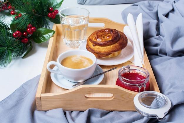 Śniadanie bed tray coffee bun gray early morning
