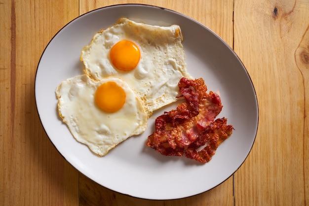 Śniadanie bekon i jajka na łatwe