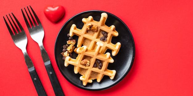 Śniadanie belgijskie gofry dekoracji serca